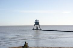 Dovercourt灯塔在蓝天下 免版税库存照片