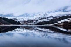 Dovestone couronné de neige de collines Photo stock