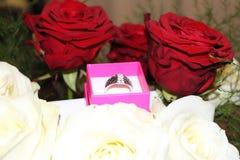 Dowód miłość w kwiacie i pierścionku Zdjęcie Stock