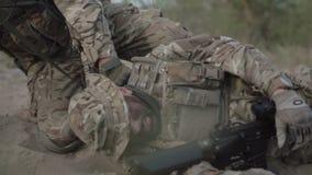 Dowódca ratuje żołnierza zbiory