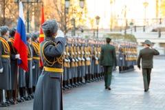 Dowódca siły naziemne Zjednoczone Emiraty Arabskie, generał dywizji Saleh Amy i dowódca, szef ziemia - wewnątrz - Zdjęcia Stock