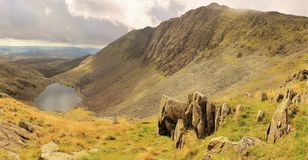 Dow Crag e as cabras molham Coniston Cumbria foto de stock