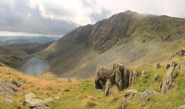 Dow Crag y agua Cumbria de las cabras imagen de archivo libre de regalías