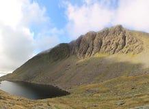 Dow Crag y agua Cumbria de las cabras fotografía de archivo libre de regalías
