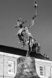 Dowcipniś statua nocą fotografia royalty free