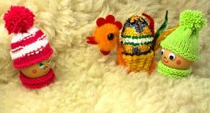 Dowiezienie kamień Wielkanocny jajko jego dziewczyna Fotografia Stock