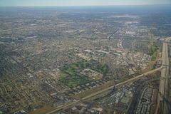 Downey鸟瞰图,从靠窗座位的看法在飞机 免版税库存照片