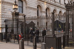 Downing Street Londyn chroniący orężni funkcjonariuszi policji Obraz Royalty Free