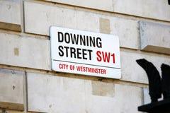 Downing Street Verkehrsschild herein die Stadt von London, England Stockbilder