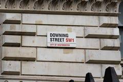 Downing Street-Zeichen befestigt zur Wand durch die Tore in Downing Street in Westminster, London Stockbilder