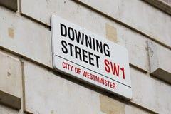 Downing Street-Zeichen befestigt zur Wand durch die Tore in Downing Street in Westminster, London Stockfoto
