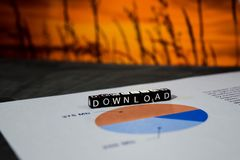 Download auf Holzklötzen Übergangsinternet-on-line-Technologie-Vernetzungs-Konzept lizenzfreie stockfotografie