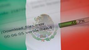 Downloading archiviert auf einem Computer, Mexiko-Flagge stock video