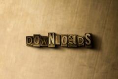 DOWNLOADS - close-up van grungy wijnoogst gezet woord op metaalachtergrond Royalty-vrije Stock Fotografie