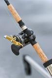 Downrigger钓鱼竿和卷轴 免版税库存图片