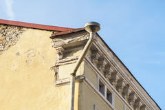 Downspout bovenkant van oud huis stock fotografie