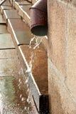 Downspout tijdens de regen royalty-vrije stock afbeeldingen