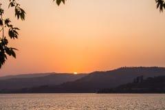 DownSunsets Sun gehender hellorangeer Berg Sonne Farb stockbild