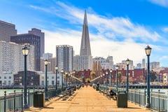 Downton San Francisco und und die Transamerica-Pyramide vom Holz Stockbilder