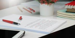 Dowodu czytania papier na stole obrazy royalty free