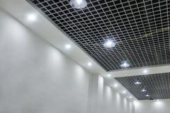 Dowodzeni podsufitowi światła na nowożytnym handlowym budynku suficie Obrazy Royalty Free