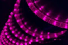 DOWODZONA fiołka światła sznurka spirala nad czarnym filarem w klubie obrazy stock