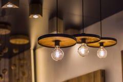 Dowodzona lekka lampa iluminująca Instalacja geometryczny wiszący drewniany świecznik zdjęcia royalty free