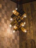 Dowodzona lekka lampa iluminująca Instalacja geometryczny wiszący drewniany świecznik zdjęcia stock