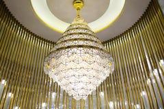 Dowodzona oświetleniowa świecznik lampa w nowożytnej handlowej budynku hotelu sali zdjęcie stock