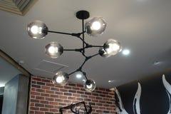 dowodzona oświetleniowa świecznik lampa w nowożytnym handlowym budynku obrazy stock