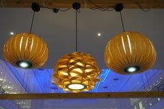 Dowodzona oświetleniowa świecznik lampa w nowożytnym handlowym budynku hotelu obraz stock