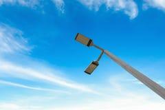 Dowodzone latarnie uliczne z energii słonecznej władzą na niebieskim niebie Zdjęcie Royalty Free