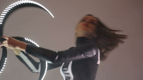Dowodzony przedstawienie Kobieta trzyma przegiętego kij z lodem w jej ręce i wiruje je zręcznie Chaotyczny i dynamiczny ruch zdjęcie wideo