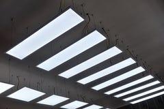 Dowodzony wiszący oświetlenie w handlowym budynku obrazy royalty free