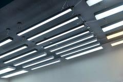 Dowodzony wiszący oświetlenie w handlowym budynku obrazy stock