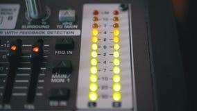 DOWODZONY wskaźnika pozioma sygnał na Rozsądnej Miesza konsoli zbiory