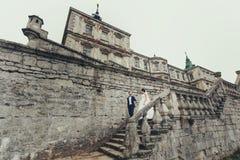 Dowstairs renversants de promenade de nouveaux mariés du vieux château Photo stock