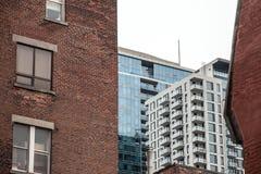 蒙特利尔dowtown的住宅摩天大楼,看从魁北克的主要城市的一条附近的街道 免版税库存图片