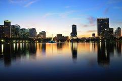 Dowtown Orlando, FL bij Schemering Royalty-vrije Stock Afbeeldingen