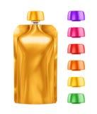 Doy-paquete, comida de la hoja de Doypack o bolso en blanco de oro de la bebida empaquetando con diversas tapas coloreadas Imagen de archivo