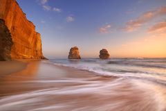 Doze apóstolos na grande estrada do oceano, Austrália no por do sol Foto de Stock