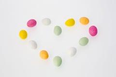 Ovos de chocolate coloridos na Coração-forma Imagens de Stock