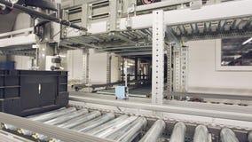 Dozen die zich op transportbanden in een groot geautomatiseerd pakhuis bewegen stock videobeelden