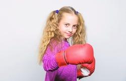 In dozen doende sport voor wijfje Vaardigheid van succesvolle leider Sportopvoeding Meisjes leuk kind met rode handschoenen die o royalty-vrije stock afbeelding