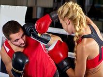In dozen doende trainingvrouw in geschiktheidsklasse Sportoefening twee mensen Stock Fotografie