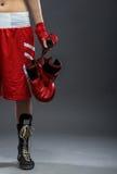 In dozen doende vrouw die zich in dooskleding bevinden, die bokshandschoenen houden - halve lichaamsfoto stock afbeelding