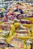Dozen met brood en broodjes in de supermarkt Royalty-vrije Stock Foto
