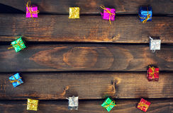 Dozen met giften op donkere houten raad Stock Afbeeldingen