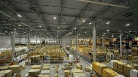 Dozen met goederen op hoge rekken in pakhuis op de hommelmening van de productieinstallatie stock video