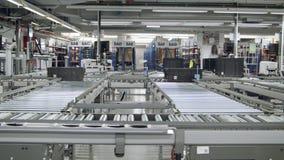 Dozen op een transportband in een groot geautomatiseerd pakhuis stock footage